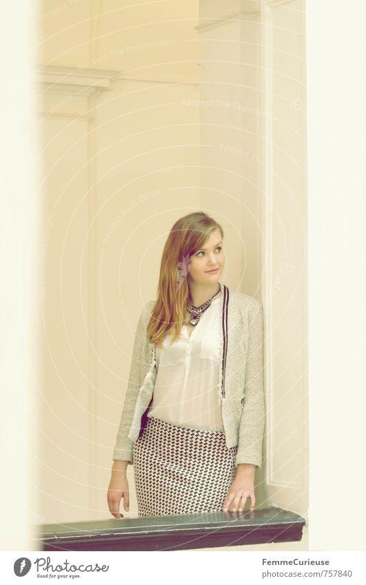 Mademoiselle (I) Mensch Frau Jugendliche schön Junge Frau Haus 18-30 Jahre Erwachsene feminin Architektur Stil Lifestyle elegant Zufriedenheit Erfolg ästhetisch