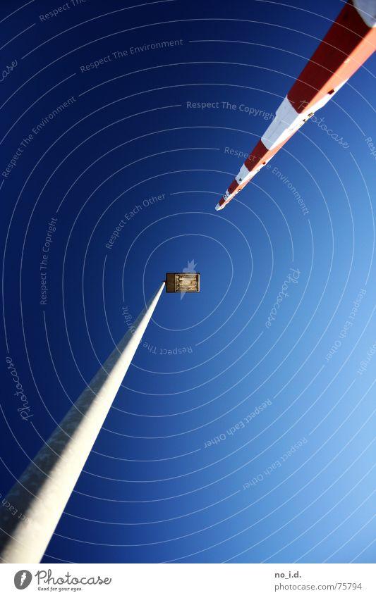 Wie klein muss Mann sein Lampe Schranke Blick Sommer Außenaufnahme Weitwinkel Macht blau Himmel hoch Blick nach oben Schönes Wetter groß