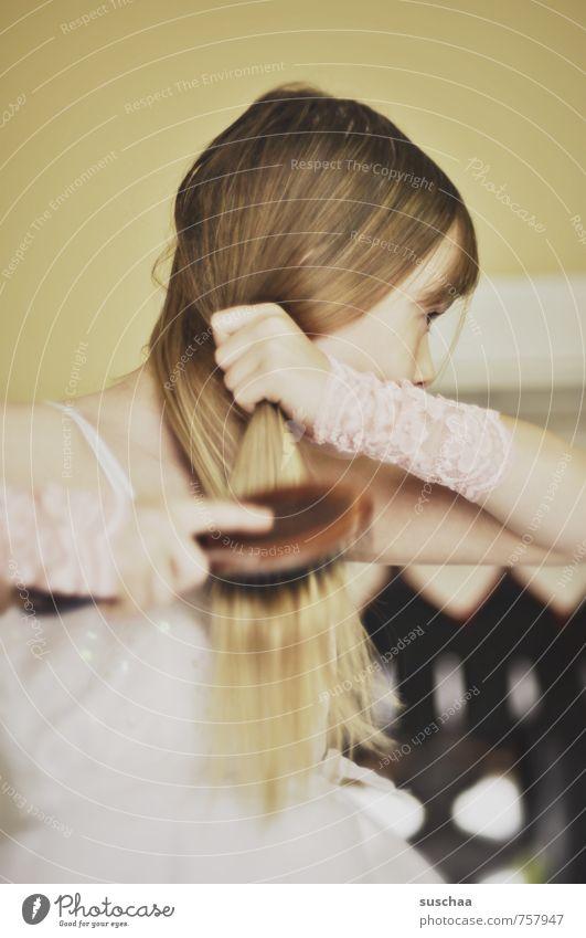 haarekämmen feminin Mädchen Junge Frau Jugendliche Kindheit Leben Körper Haut Kopf Haare & Frisuren Gesicht Auge Nase Hand Finger 1 Mensch 8-13 Jahre brünett
