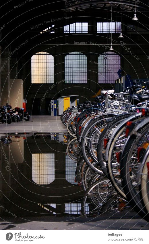 Dachschaden2 Fahrrad Pfütze Reflexion & Spiegelung Fenster erleuchten Motorrad Durchgang Verkehr Wiesbaden dunkel Bahnhof Schaden leg fahhrad Detailaufnahme