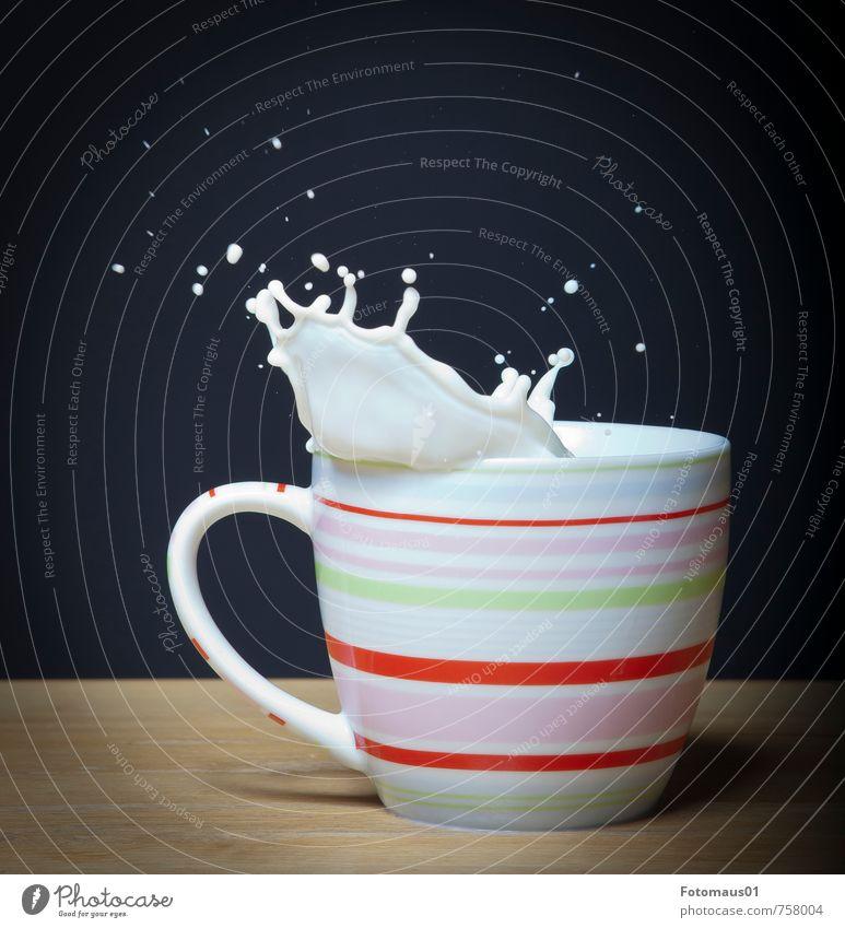 Die Milch macht´s I Getränk Tasse Tropfen nass braun rosa rot schwarz weiß Euphorie Leben Tatendrang Dynamik Bewegung Freude Farbfoto Studioaufnahme Nahaufnahme
