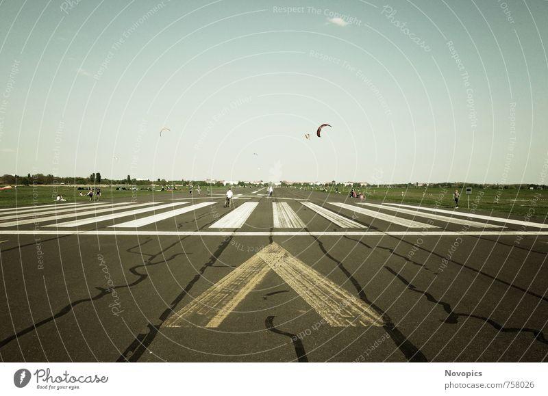 Tempelhofer Park I Freude Freizeit & Hobby Spielen Ausflug Ferne Freiheit Sommer Joggen Mensch Menschenmenge Natur Landschaft Himmel Wolkenloser Himmel Gras