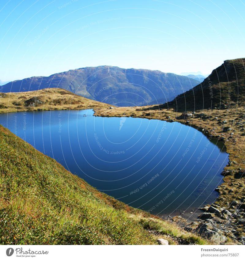 Mittlerer Wildalmsee Kitzbüheler Alpen wandern Bergsteigen See Gewässer ruhig Wiese Alm Bundesland Tirol Herbst schafsiedel Berge u. Gebirge Wasser blau