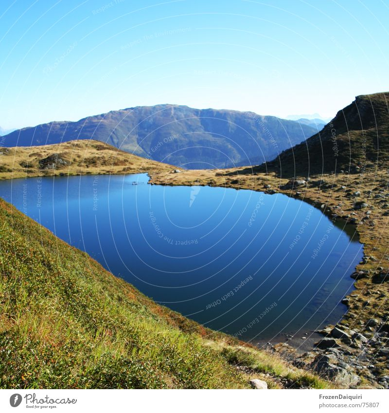 Mittlerer Wildalmsee Wasser Himmel blau ruhig Herbst Wiese Berge u. Gebirge See wandern Wetter Alpen Bergsteigen Alm Bundesland Tirol Gewässer Kitzbüheler Alpen