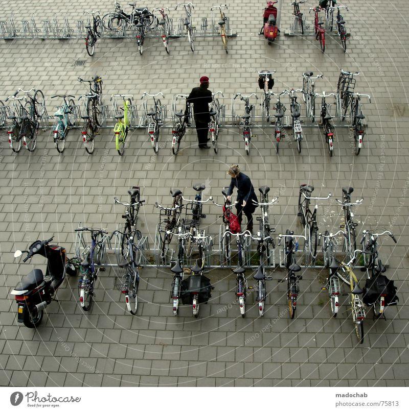 DUTCH TRAFFIC Fahrradparkplatz unten Schleuser Mensch parken Frau Stadt Asphalt grau Fußgänger Verkehr Muster Hintergrundbild Strukturen & Formen Quadrat