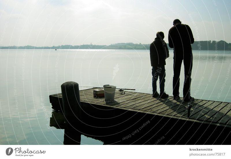 nimm dir zeit Familie & Verwandtschaft Vater Sohn sprechen See Generation Steg Zusammensein Freizeit & Hobby Angeln ködern ruhig Erholung Interpretation Wasser