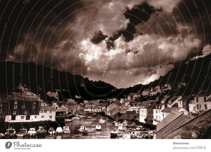 Polperro in Infrarot. Himmel weiß Meer Stadt Haus schwarz Wolken dunkel Fenster Traurigkeit Landschaft Luft Stimmung Küste Architektur