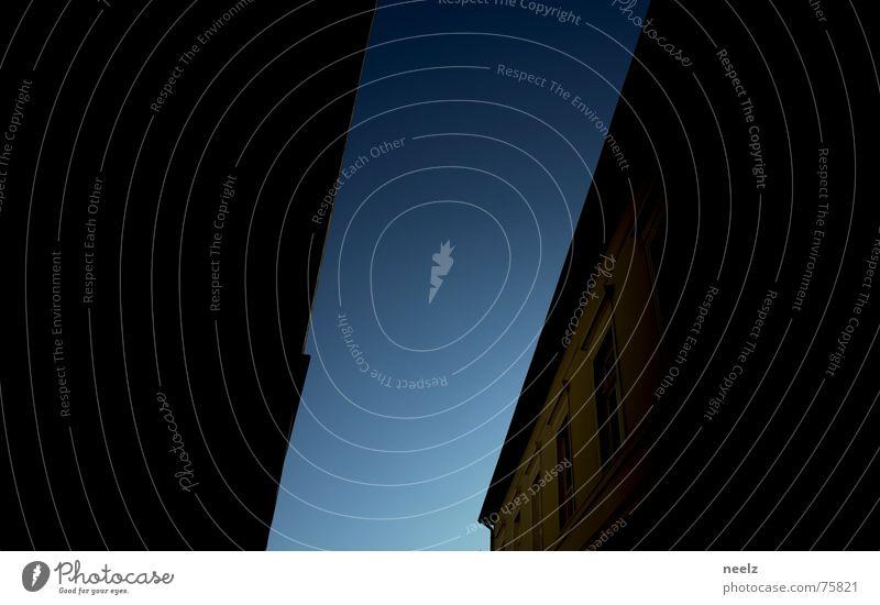 | göttliches Licht 2 | Haus Verlauf Fassade Silhouette diagonal Fenster Himmel blau Seitenlicht Klarheit