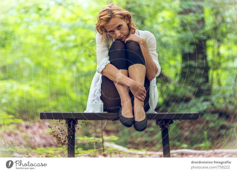 Die Bank im Wald Mensch Natur Jugendliche schön Junge Frau Erholung Erotik Umwelt feminin Haare & Frisuren natürlich Denken träumen Idylle sitzen ästhetisch