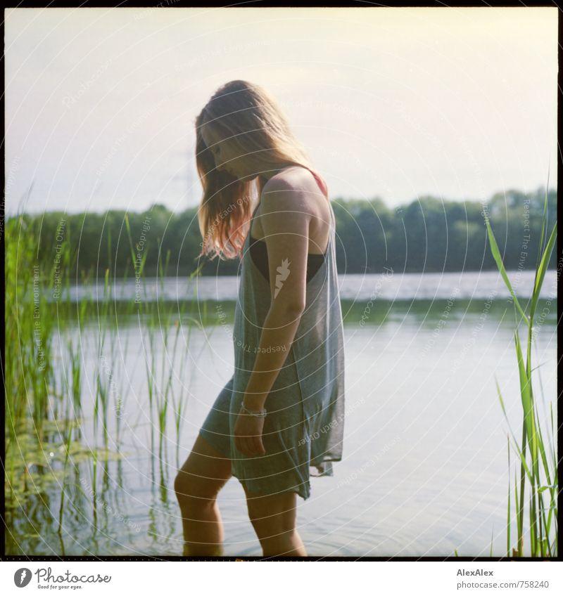 Land in Sicht Natur Jugendliche schön Junge Frau 18-30 Jahre Erotik Erwachsene Schwimmen & Baden Körper Idylle blond ästhetisch Schönes Wetter Ausflug Abenteuer