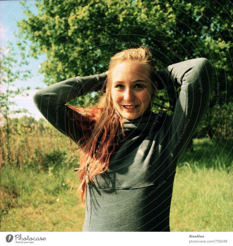 schau mal! Ausflug Junge Frau Jugendliche Kopf Haare & Frisuren 18-30 Jahre Erwachsene Natur Landschaft Schönes Wetter Baum Gras Sträucher Pullover blond