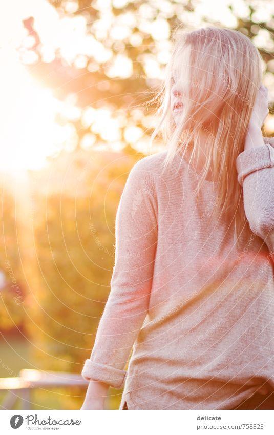 Standing in the way of the light feminin Junge Frau Jugendliche Haare & Frisuren 1 Mensch 18-30 Jahre Erwachsene Natur Sonne Schönes Wetter Baum Pullover blond