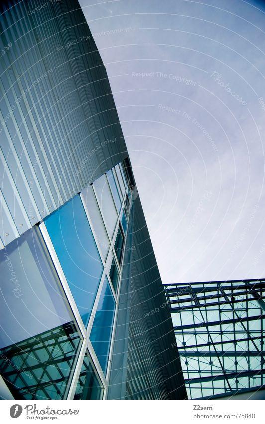 Himmelsausrichtung grün blau Haus Wolken oben Fenster Linie Glas Perspektive modern Spiegel Richtung aufwärts durchsichtig