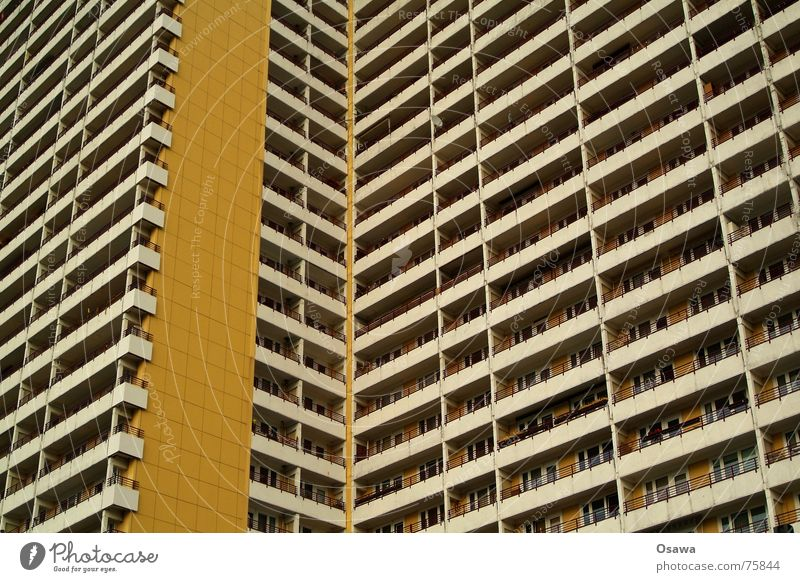 Schöner Wohnen 08 Haus Fenster Berlin Architektur Gebäude Fassade Beton modern trist Aussicht Balkon eng DDR gerade Plattenbau Raster