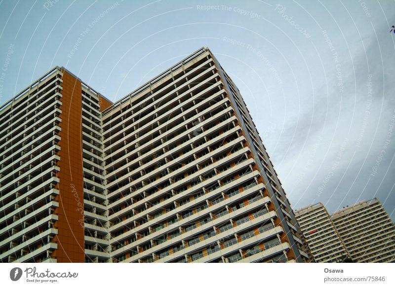 Schöner Wohnen 09 Haus Fenster Berlin Architektur Gebäude Fassade Beton modern trist Aussicht Balkon eng DDR gerade Plattenbau Raster