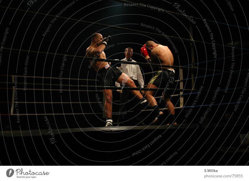 Kampf eins Mann Sport dunkel Haut Lautsprecher kämpfen Kampfsport Bühnenbeleuchtung seriös Kickboxen