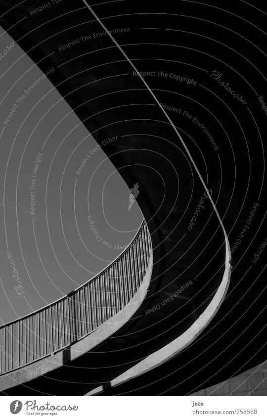 linienführung Kiel Hauptstadt Hafenstadt Brücke Bauwerk Architektur ästhetisch historisch retro schwarz Idylle Nostalgie Perspektive rein Ferne ruhig Stadt