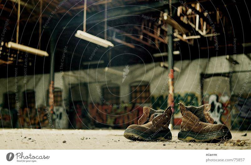 nach der Arbeit sollst du ruh'n Einsamkeit dunkel Wand Traurigkeit Schuhe Graffiti dreckig Armut leer trist Ende Gastronomie Sehnsucht Kunst Verfall schäbig
