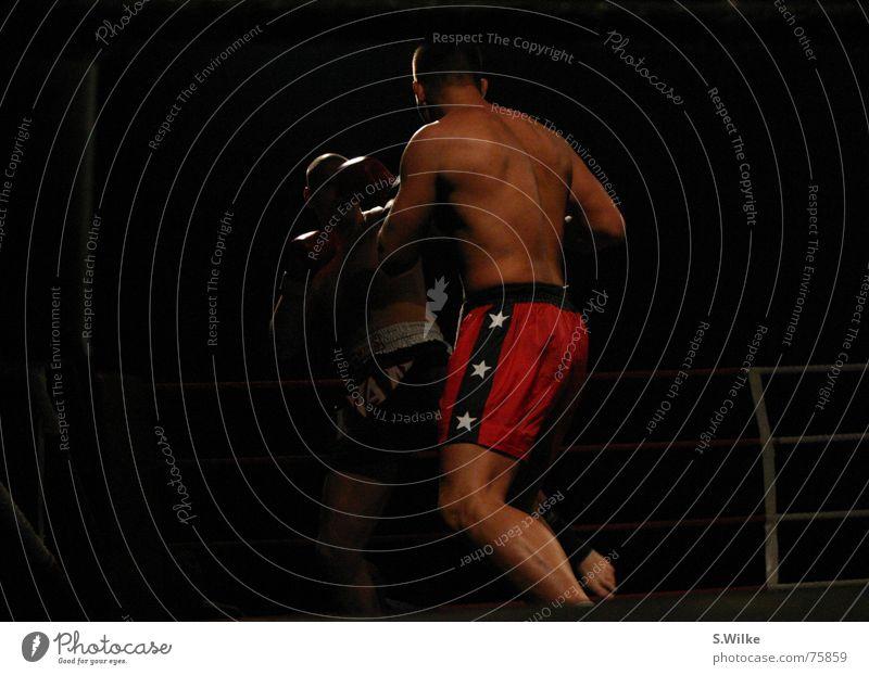Kampf zwei Kickboxen dunkel Zweikampf Mann rot seriös Wade stark brutal kämpfen Lautsprecher Sport Muskulatur Haut Rücken fight dark boxing sports muscles duel