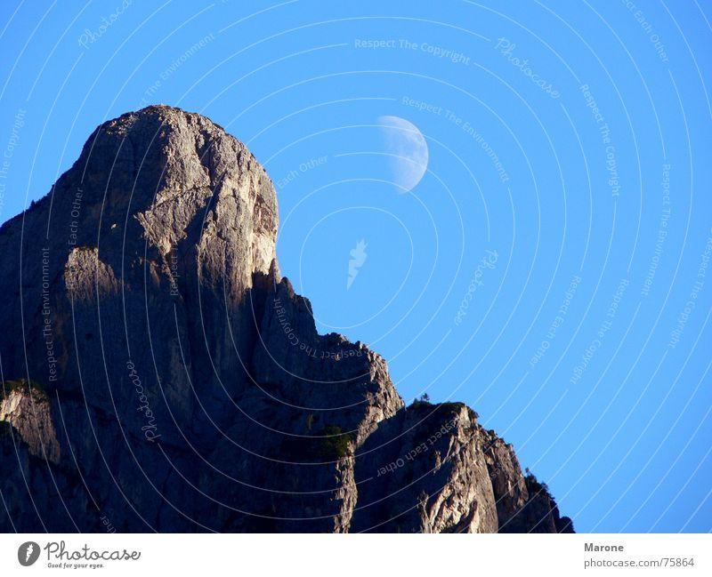Mondaufgang am Berg Halbmond Sichelmond Bergkamm Schwerelosigkeit Dolomiten Bergkette Himmelskörper & Weltall Berge u. Gebirge oben bergrücken Felsen blau frei