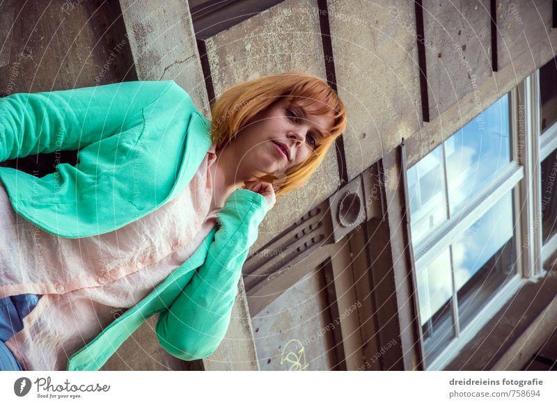 Die Rothaarige aus der Froschperspektive Lifestyle Stil Mensch feminin Frau Erwachsene 1 Haus Mauer Wand Fenster Mode Hemd Jacke rothaarig Denken Blick stehen