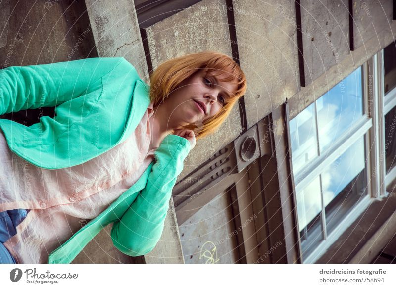Die Rothaarige aus der Froschperspektive Mensch Frau grün Farbe Erholung rot Haus Erotik Erwachsene Fenster Wand feminin Mauer Stil Denken Mode