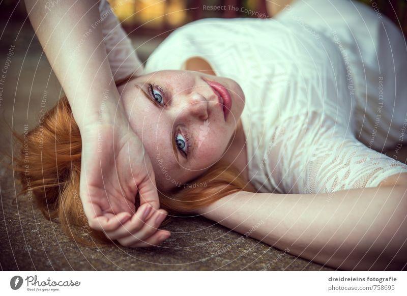 Red Hair Blue Eyes Mensch Frau schön Farbe Einsamkeit Erotik Erwachsene Gefühle feminin Stil Mode liegen träumen elegant ästhetisch Vergänglichkeit