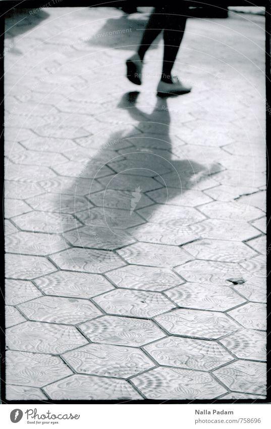 Gaudischer Trottoir Mensch Frau Stadt schön Erwachsene feminin Architektur Wege & Pfade gehen Fuß elegant modern Schuhe laufen Stadtzentrum Strumpfhose