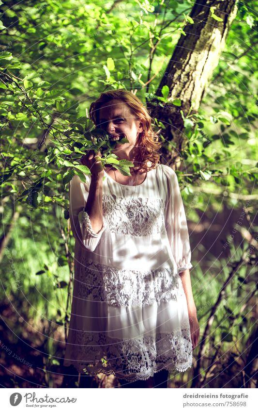 Ich bin hungrig, also beiß ich in die Blätter Mensch Natur Jugendliche schön grün Pflanze Junge Frau Freude Erotik Leben feminin lachen natürlich Glück Gesundheit Mode