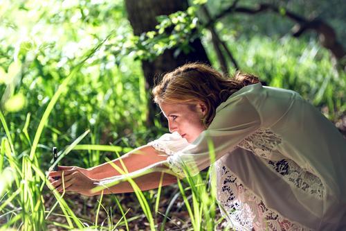 Die Fotografin bei der Arbeit Mensch feminin Junge Frau Jugendliche 1 Natur Pflanze Schönes Wetter Gras Grünpflanze Kleid beobachten entdecken sitzen warten
