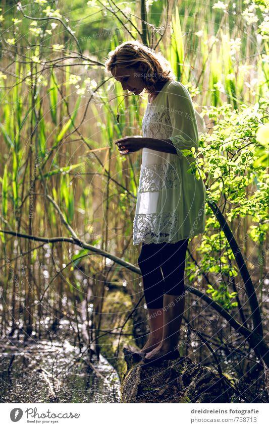 Auf Entdeckung am düsteren Teich Mensch Natur Jugendliche schön grün Wasser Pflanze Junge Frau Gefühle feminin natürlich elegant Zufriedenheit Idylle stehen