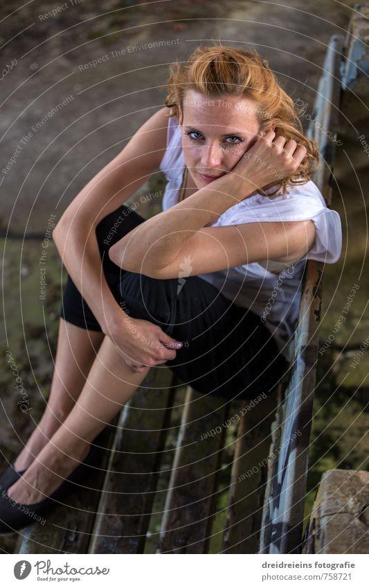 Was sie wohl denkt? Mensch Jugendliche Junge Frau Erholung Erotik Gefühle feminin Haare & Frisuren natürlich Glück elegant sitzen Lächeln genießen beobachten
