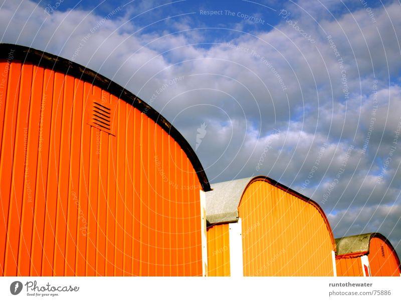 Bauwagen-Alarm Himmel blau gelb Farbe Herbst Arbeit & Erwerbstätigkeit orange dreckig Baustelle Freundlichkeit harmonisch Bauarbeiter Gegenteil nebeneinander Bauwagen