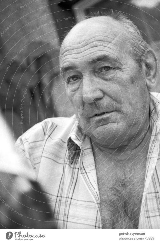 Der Mann, der die Gastfreundschaft erfand Großvater Hemd Oberkörper Sommer Glatze Freundlichkeit Porträt Kopf Blick Auge Schwarzweißfoto alt sympatisch verrückt