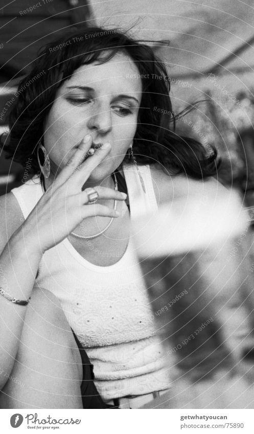 Roken is dodelijk Frau Porträt Oberkörper Bier Getränk Gastronomie Sommer Zigarette ernst Konzentration Biergarten schön Blick Schwarzweißfoto Kneipe Rauchen