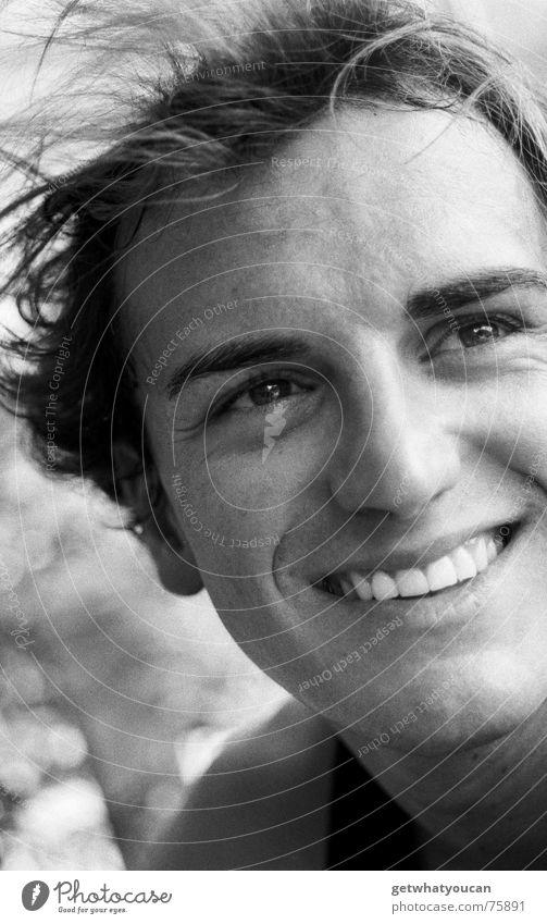 Schwiegermutters Liebling Mann Porträt Oberkörper Sommer Konzentration braun schön weiß Blick Kopf Schwarzweißfoto südländer Auge verrückt lachen Zähne