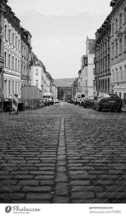 Die Taube, die 400 ASA zum Opfer fiel Stadt Kopfsteinpflaster Haus Fluchtpunkt Vogtlandkreis Gasse Altbau Straße tief Linie PKW Himmel plauen Wege & Pfade