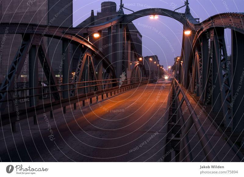Drehbrücke Einsamkeit Laterne weich rot Morgen frisch ruhig Außenaufnahme Langzeitbelichtung Brücke alt nachsichtig Klarheit
