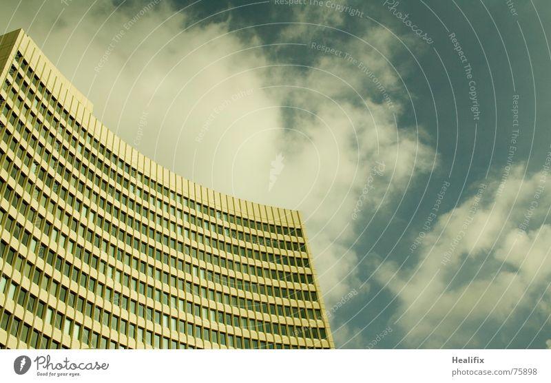 Ganz allein... Haus Hochhaus Arbeit & Erwerbstätigkeit Fenster geschwungen Etage Himmel Stadt Wolken Dach Konstruktion Wolkenformation Rollo windows Linie lines