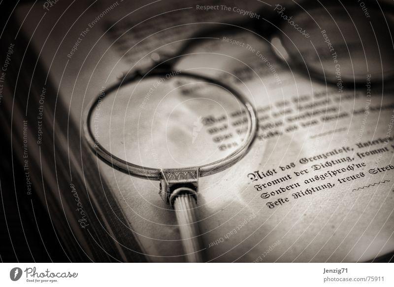 Gelesen. Buch Bibliothek Optiker Brille Gedicht Lyrik Lorgnon Linse Blick dichtung Prosa