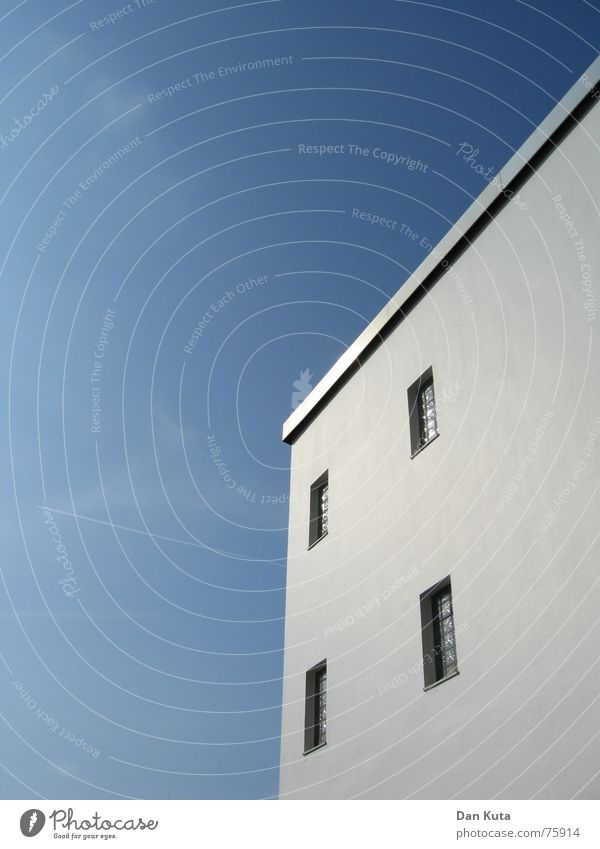 Schlicht und einfach Himmel blau Haus Fenster Dach reduzieren minimalistisch