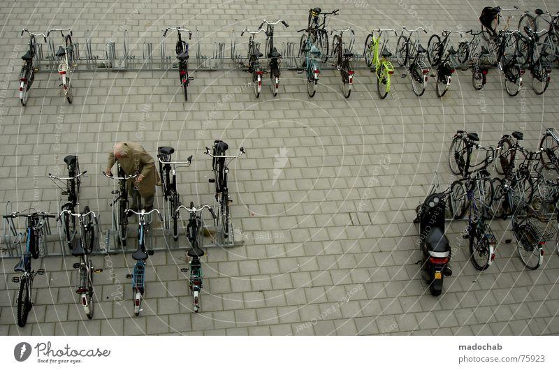 NOCH WACH?! Mensch weiß Stadt Straße Leben Bewegung grau Menschengruppe Linie Hintergrundbild Fahrrad Schilder & Markierungen Verkehr Bodenbelag trist