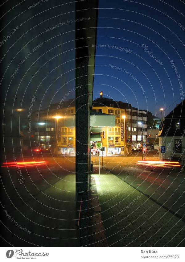 Später Blick nach Doppelkorn... Haus Straße Lampe PKW glänzend Erfolg geschlossen Asphalt Spiegel Laterne Alkoholisiert Bürgersteig Doppelbelichtung Spiegelbild