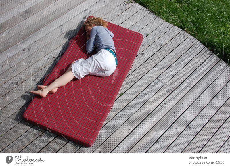 in den winterschlaf fallen 2 Frau rot Erholung Gras Wärme schlafen Bett liegen Schweiz Physik Müdigkeit Holzbrett Alm Siesta Matten