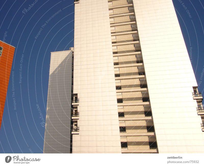 Mittlere Wohnlage IV Himmel weiß blau Haus Berlin Hochhaus Mitte Balkon Obdachlose Sanieren Loggia obdachlos