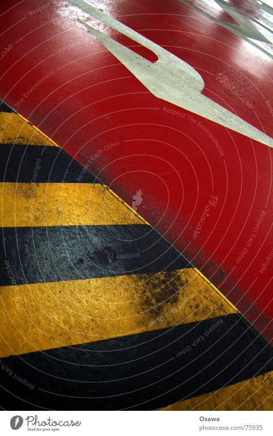 Da lang rot schwarz gelb Straße Pfeil Respekt gestreift Fahrbahn Tiefgarage