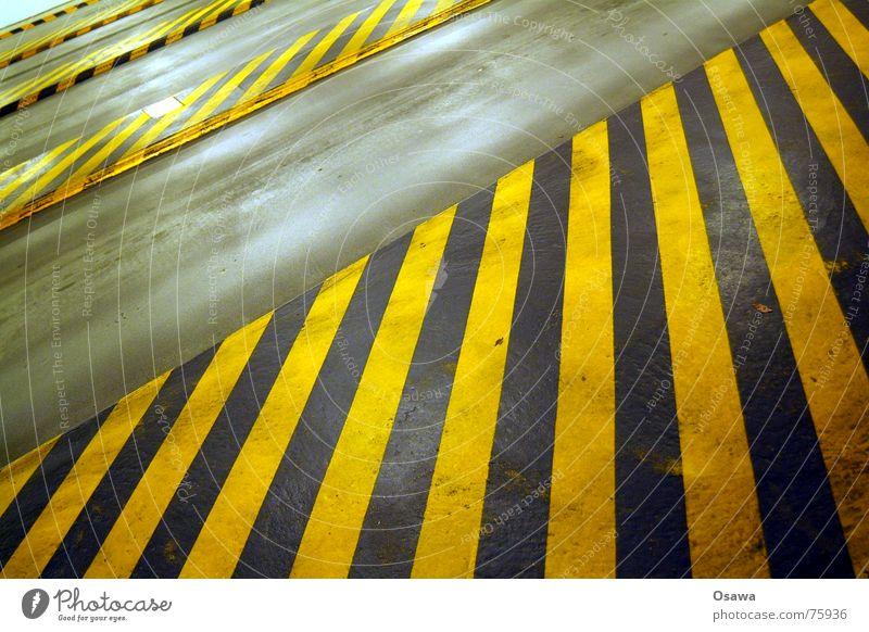 Tigerente schwarz gelb parken Respekt gestreift Fahrbahn Tiefgarage