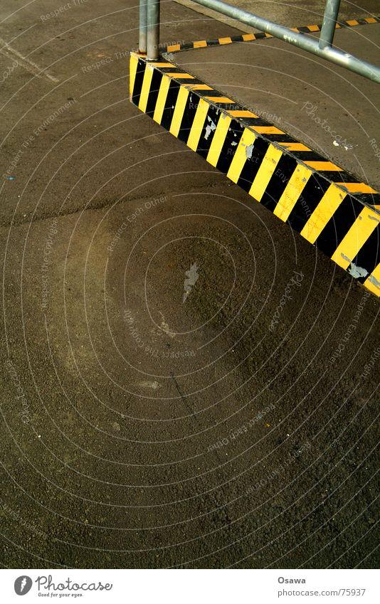 Ladezone schwarz gelb Straße Schilder & Markierungen Ecke Asphalt Straßenbelag gestreift Teer