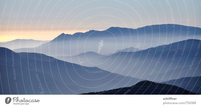 weit weit weg sein Natur blau Erholung Landschaft ruhig Ferne Berge u. Gebirge Gefühle Zufriedenheit Nebel Aussicht Schönes Wetter Hoffnung Hügel Glaube tief