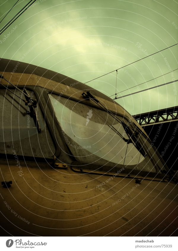 TRASH TRAIN | zug wagen mobil bahn front scheibe awesome Himmel Ferien & Urlaub & Reisen dreckig Verkehr Eisenbahn fahren trashig Bahnhof Mobilität